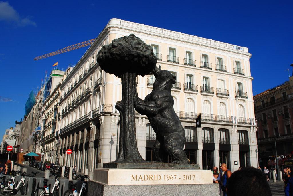 Papugi w Hiszpanii. Herb Madrytu.