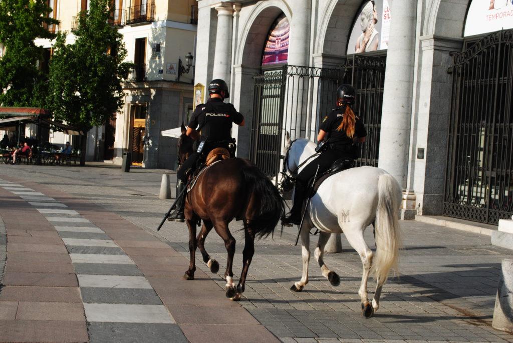 Wycieczka do Hiszpanii,, Policja konna czuwa