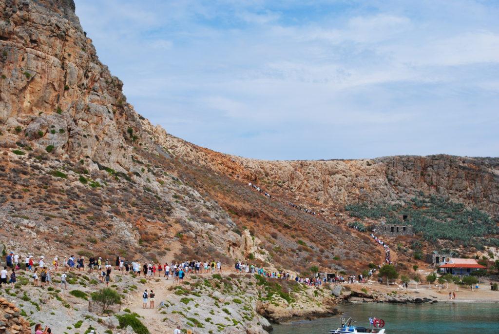 Laguna Balos. Tłum turystów szarżuje na twierdzę