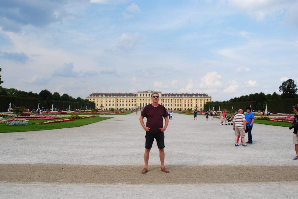Zwiedzanie Wiednia. Dziedziniec pałacu Schonbrunn.