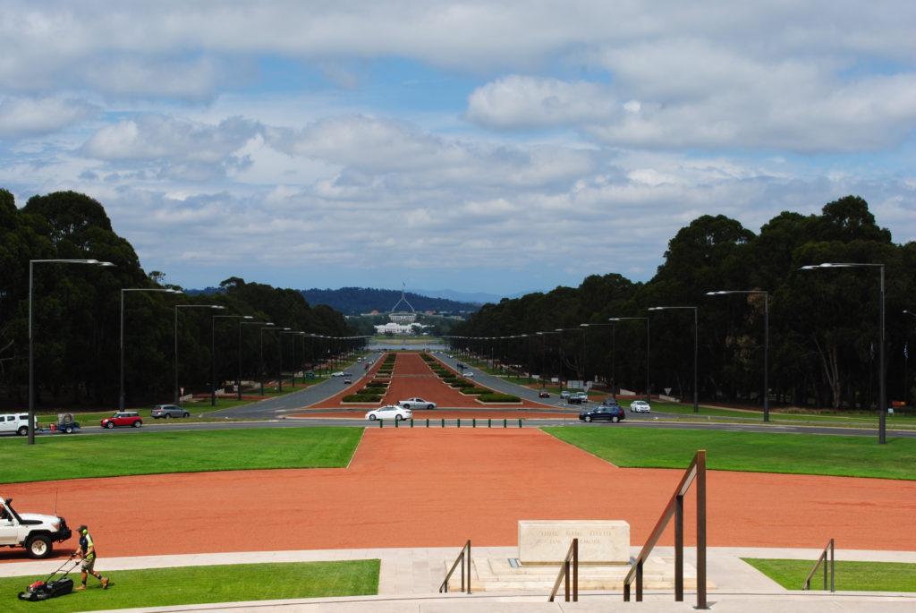 Canberra stolica Australii, między War Memorial a parlamentem