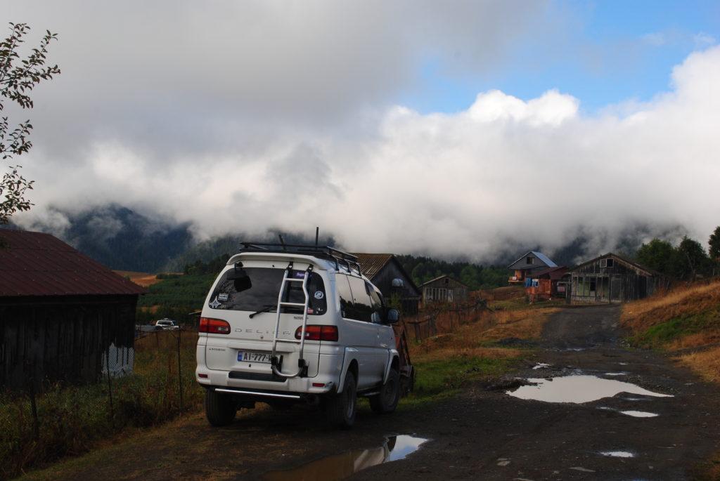 Podróż do Gruzji. Chmury w Tuszetii wiszą nisko.