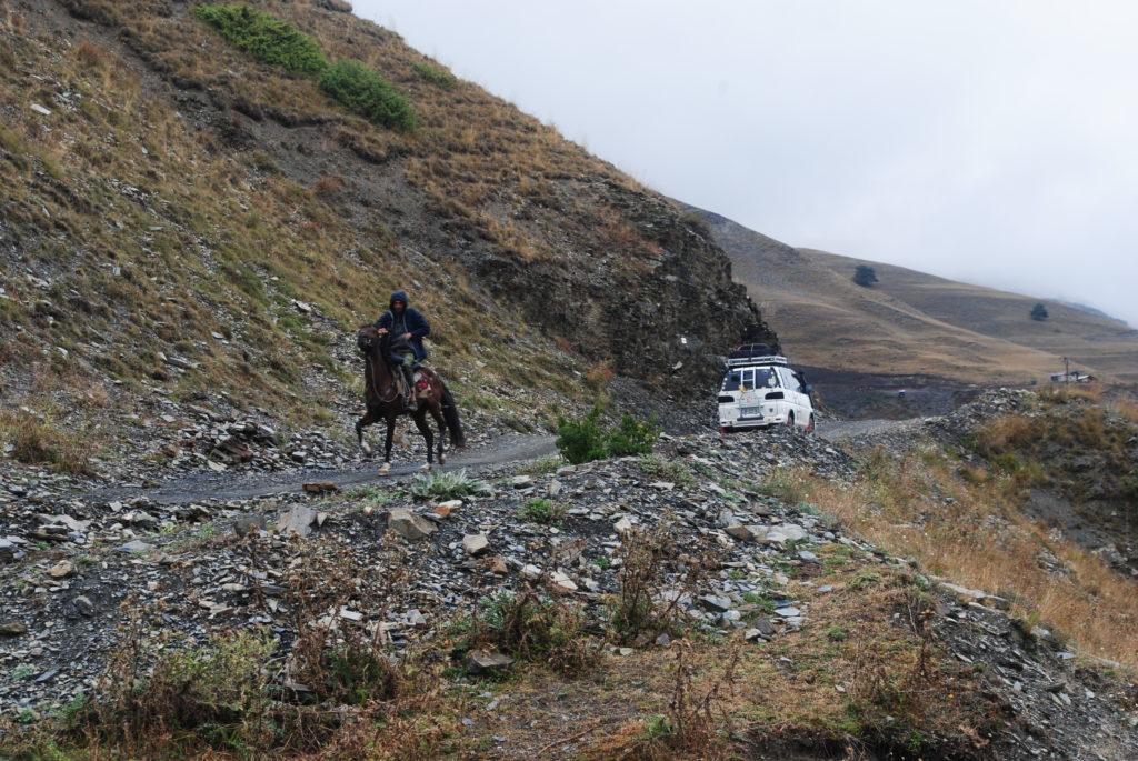 Podróż do Gruzji. Auto i koń to podstawa.