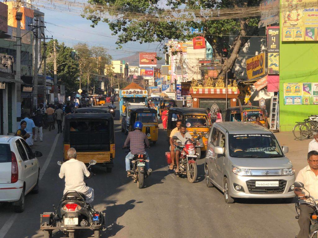 Podróż do Indii. Ulica tętni życiem.