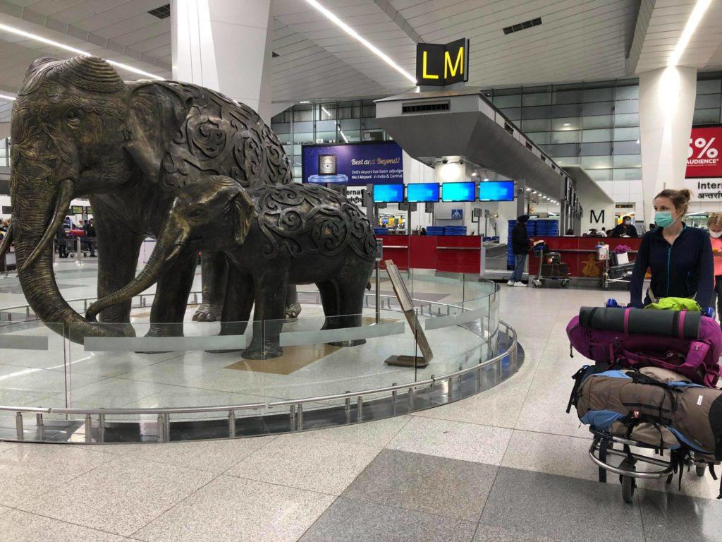 Podróż do Indii. Puste lotnisko.