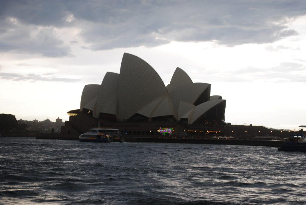 Podróż do Sydney. Widok opery z basenu portowego o zmierzchu.