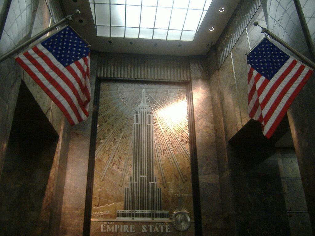 Nowy Jork w USA. Wejście do Empire State Building.