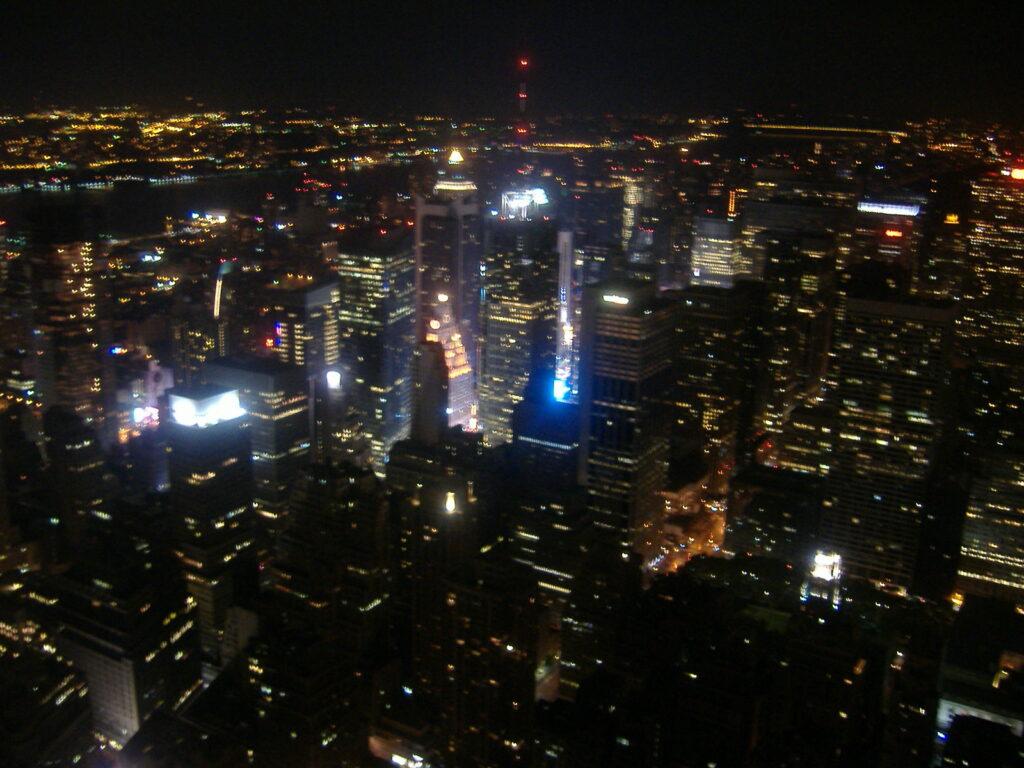Nowy Jork w USA. Widok z wieży na Manhattan nocą.